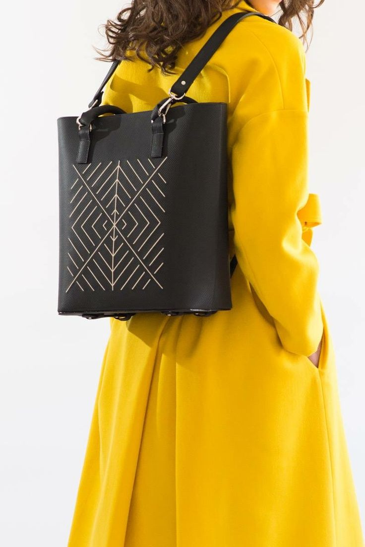 Black leather maxi bag suited with yellow trench. Turn it into a backpack for more comfort #NEO #newcollection #iuttakeatherbags #backpack #twostyles