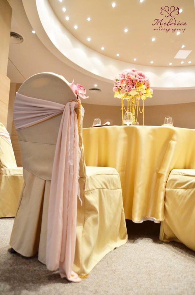 Gold and dusty pink wedding decoration by Melodica Wedding Agency!