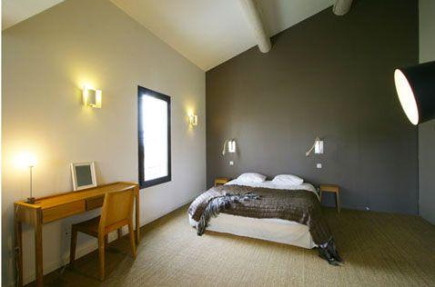 Déco chambre taupe. Peinture murale taupe et blanc, table de nuit et bureau chêne clair mis en valeur avec sol en sisal