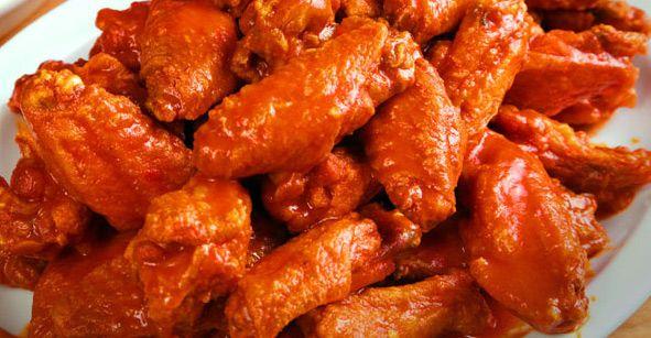Lekkere geglaceerde pittige kippenvleugels met sinaasappel en honing in een zoete pittige honing-sinaasappel marinade. Ook lekker als snack op een feestje.