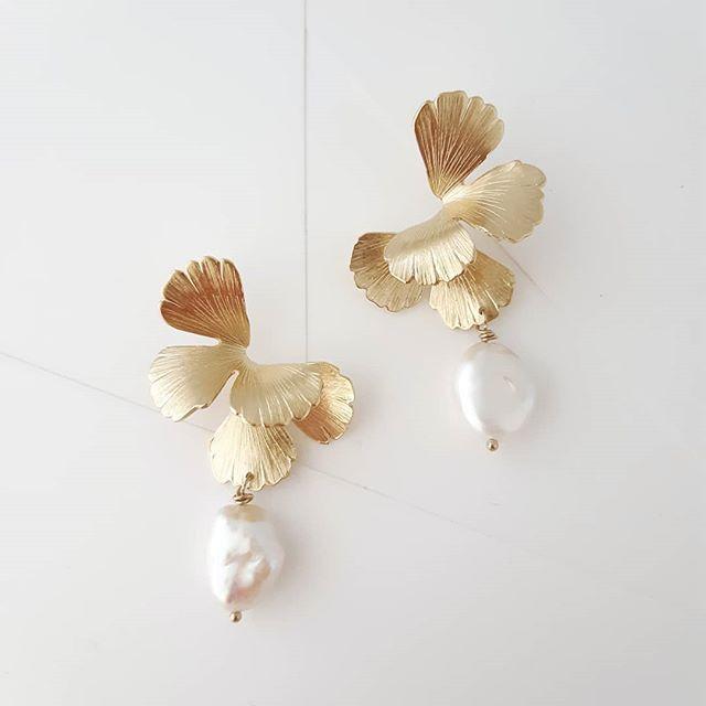 boucles d'oreille dorée embelli de perle