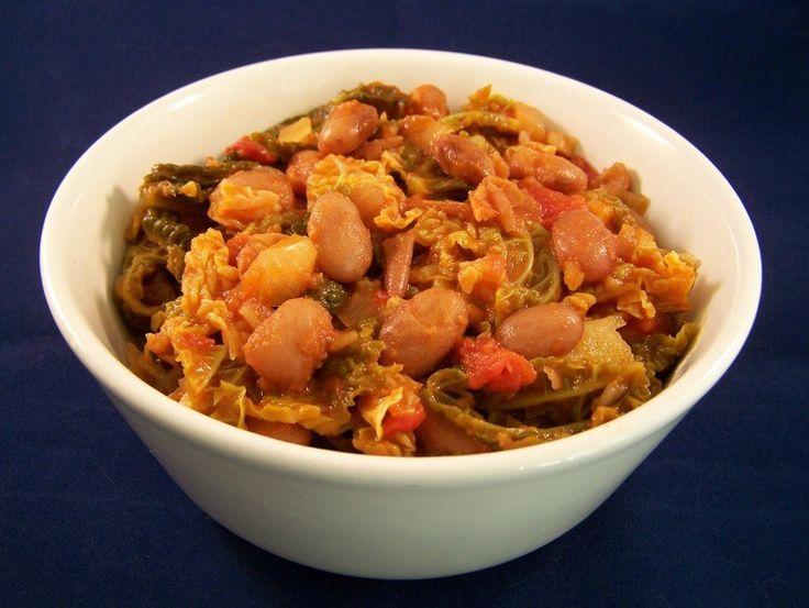 Pittige savooiekool (of boerenkool) met bonen en tomatensaus - Vegetus; veganistisch budgetvriendelijk snel klaar