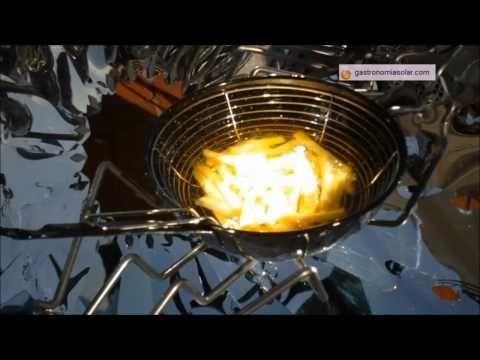 Patatas fritas en la cocina solar