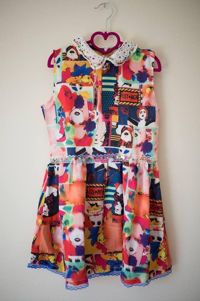 Φόρεμα  με  comic  και δαντελένιο γιακά.