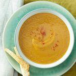 Cerchi una ricetta originale di vellutata di zucca? Prova quella di Sale&Pepe, vegana e con l'aggiunta di ceci e pere.