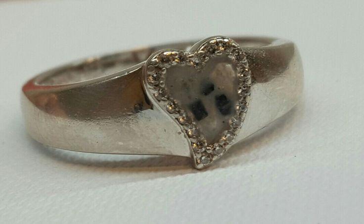 zilveren ring met as in witte hars www.gedenkenschenk.nl