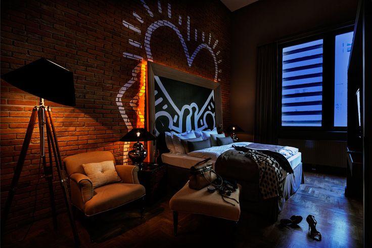 ROOM 12 60m2-es négyszemélyes, két hálószobás loft lakosztály nappalival, 6 méteres belmagassággal. A Baltazár legnagyobb lakosztálya, ahol kényelmesen elfér egy nagy család, vagy négy jóbarát. Lakosztály elkülönített nappalival és leválasztott fürdőkádas fürdőszobával.  60m2 loft suite with two bedrooms in a 6m height big loft. Baltazar's biggest suite has a separate living room area, two separate bedrooms with king size beds and a bathroom with bathtub and rainy shower.