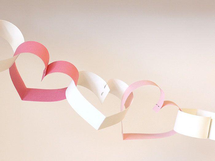 Bald ist Valentinstag! Anja von aentschie's Blog hat dafür schon passend dekoriert. Und heute zeigt sie Dir, wie Du so eine hübsche Herzchenkette für den Valentinstag basteln kannst.