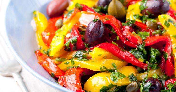 La ricetta dei peperoni con capperi e olive nere è un'idea gustosa che racchiude i sapori caratteristici del Mediterraneo: è un contorno vegetariano che potrà accompagnare i tuoi secondi piatti. Scopri come prepararli!