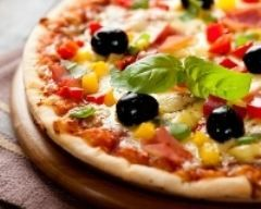 pizza basquaise : http://www.cuisineaz.com/recettes/pizza-basquaise-60808.aspx