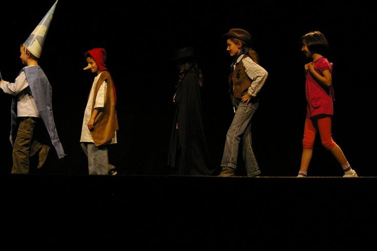 La grande histoire du monde des histoires : Merlin le chanteur, Atchoum, Zorro, le shérif et Dora l'exploratrice