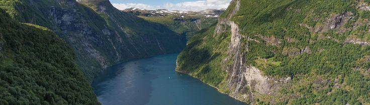 Wenn man in Geiranger eine Wanderung unternehmen sollte, dann ist es wohl die Tour nach Skageflå. Der Hof Skageflå trohnt in mehr als 200 Metern Höhe über dem Geirangerfjord. Wer den Panoramaweg beschreitet, genießt eine wunderbare Sicht auf den Hof, den Geirangerfjord und die Sieben Schwestern. Auf dem Weg zum Hof Skageflå Die Wanderung startet …