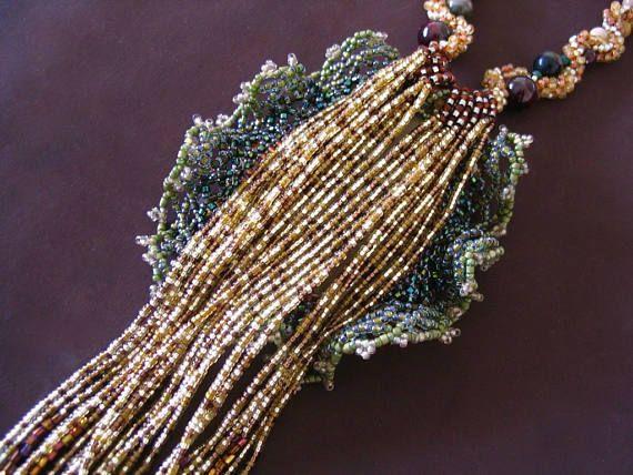 Bigiotteria fatta a mano Ivy primavera collana realizzata con perle di vetro giapponese. Il ciondolo di centro è Jasper con peridoto, granato, corniola, quarzo fumè, tormalina e bianco opale.  La lunghezza collana 50 cm. Pendente ha dimensioni 8 x 7 cm. La frangia senza lunghezza pendente cm 16.