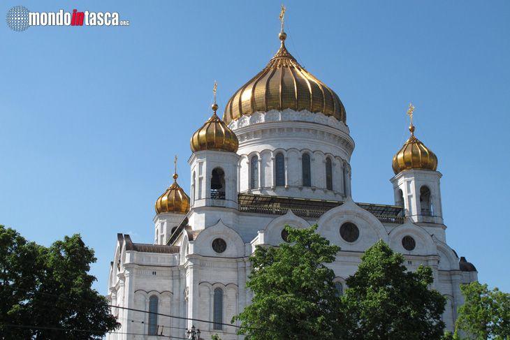La #Cattedrale del #Cristo #Salvatore vista dal #fiume #Moscova era stata costruita come ex-voto per la liberazione di #Mosca da #Napoleone. Demolita dai sovietici nel 1931 è stata ricostruita nel 1990.
