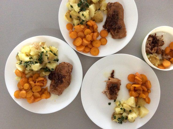 Vepřové maso na cibuli, medová dušená mrkev a brambory s cibulovou natí