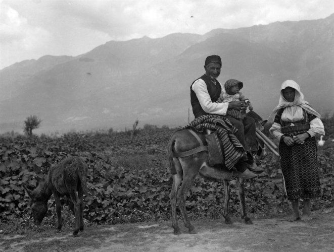 Οικογένεια επιστρέφει από τα χωράφια. Φλώρινα, γύρω στα 1935 Έλλη Παπαδημητρίου