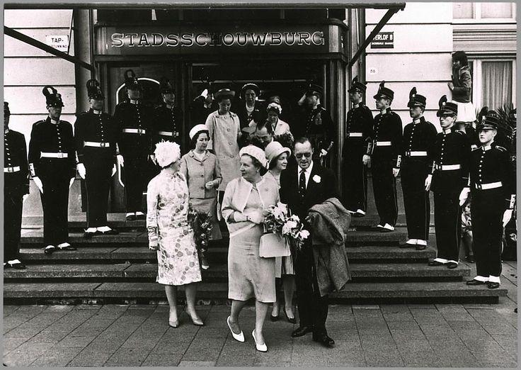 Het koninklijk gezelschap verlaat de stadsschouwburg in Groningen. Vooraan, van links naar rechts: prinses Beatrix, koningin Juliana, prinses Irene en prins Bernhard