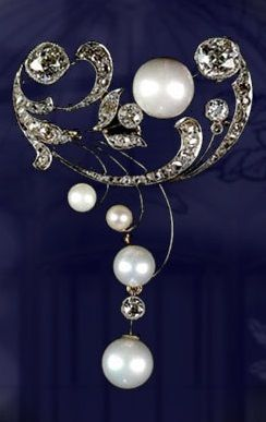 An Art Nouveau Tay pearl brooch, French, 1900~1910s. Tay pearls (freshwater pearls from River Tay, Scotland), cushion-shaped Old European- and rose-cut diamonds, platinum and gold. #ArtNouveau #brooch