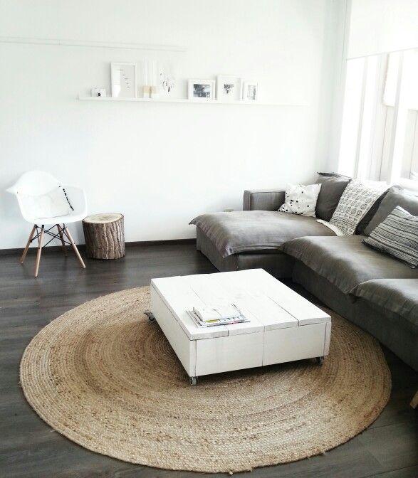 ♥ Living room. Eames chair. Bright. Neutral. Neutrale kleuren. Woonkamer. Stoel. Rond vloerkleed.