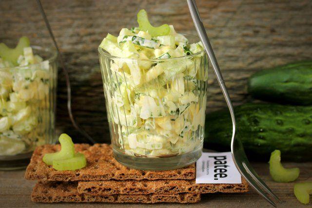 Салат из сельдерея с огурцами и яйцом