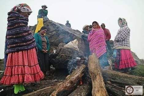 """El mágico encuentro entre Mixes y Raramuris en 2016 -  En 2016 se llevó a cabo el primer """"Cruce de Caminos"""" entre el pueblo Ayuuk, del estado de Oaxaca y el pueblo Raramuri, del estado de Chihuahua.    Realmente no existen palabras para describir este encuentro que abrió corazones y permitió que personas de cuatro comunidades de la Sierra Tarahumara (Rowerachi, Wajurana, Naweachi y Porochi) pisaran tierras oaxaqueñas y en especial la Sierra Mixe quien los recibió como quien recibe a un…"""