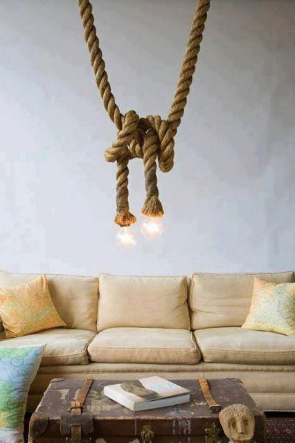 LAMPARA DE TECHO. Si en las vacaciones encontraste unas cuerdas o amarres de barco y las tienes archivadas ... qué tal RECICLARLAS para crear esta original lámpara de techo?