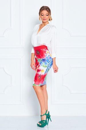Puzdrová sukňa s vysokým pásom,  výraznou potlačou kvetín a ovocia - potlač zdobí celú sukňu aj z predu aj zo zadu. Zadná časť s možnosťou rozopnutia na zips. Príjemný, elastický materiál Vám zaručí pohodlnosť aj počas celého dňa.