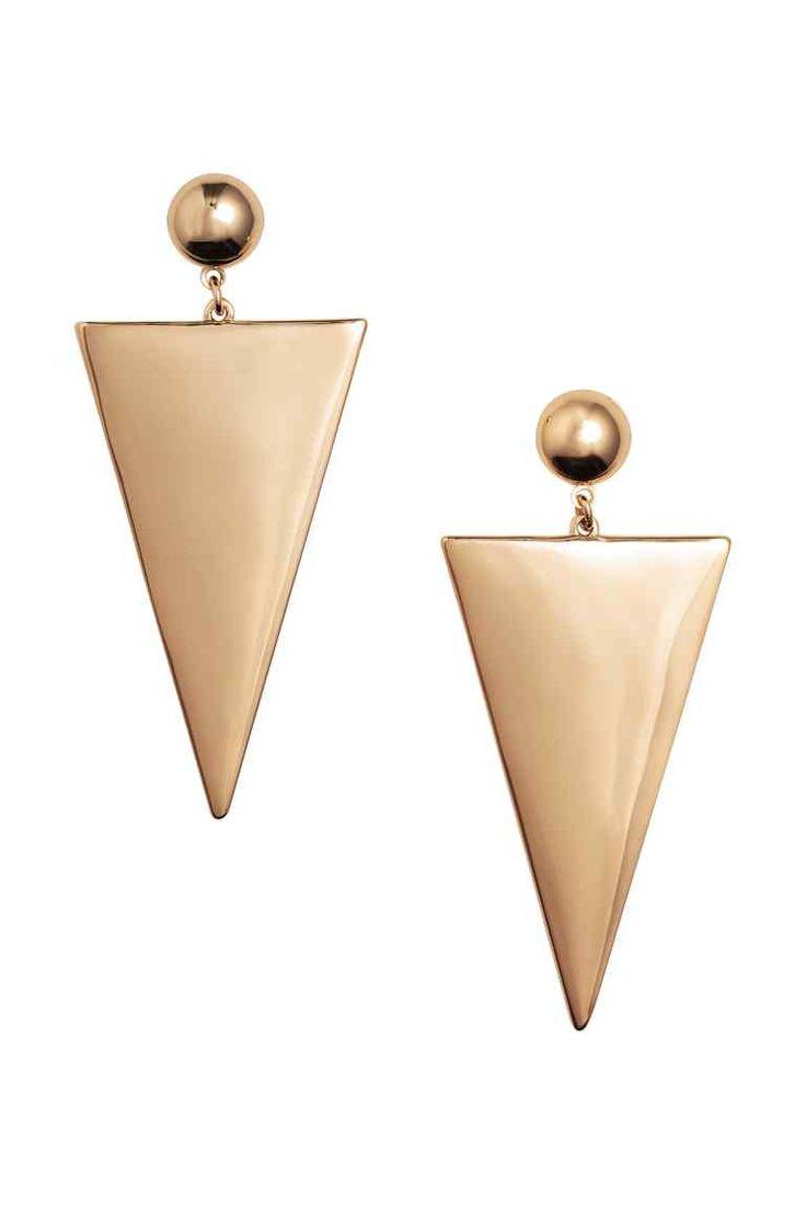 Lange oorbellen: Oorbellen met een driehoekige, metalen hanger. Lengte 8 cm.