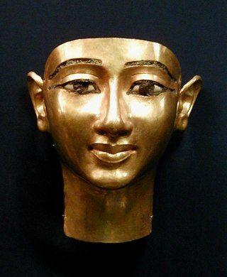 Золотая маска полководца Унджебауенджеда. Золото (чеканка), стекловидная паста, высота 22 см. Найдена в царских гробницах в Танисе в 1946 году экспедицией, возглавляемой французом Пьером Монте (Pierre Montet). Каир, Египетский музей.  Унджебауенджед (Wendjebauendjed) был генералом, начальником лучников при фараоне XXI династии Псусеннесе I, вместе с которым и был похоронен в одном погребальном комплексе.