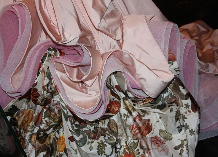"""Платье цвета чайной розы создано Джоном Гальяно для коллекции, посвященной фламандской живописи и искусству барокко. Наряд вызывает ассоциации с барочным террасным парком, который мы постигаем постепенно, поднимаясь с одной террасы на другую. Выставка """"Диор: под знаком искусства"""". Visit to: http://bellezza-storia.livejournal.com/39134.html"""
