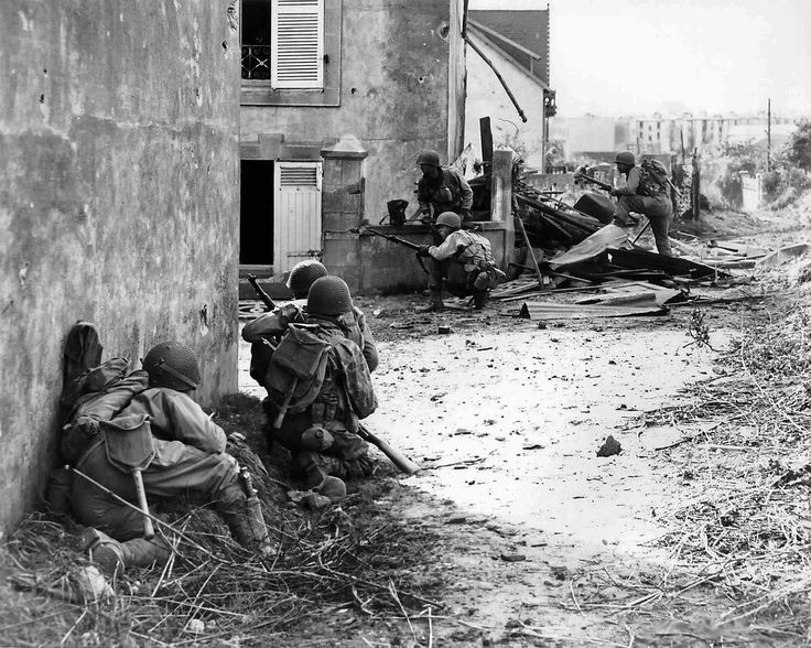 American soldiers of the2nd InfantryDivision advance forward under heavy German fireduring the Battle for Brest. Brest, Finistère, Brittany, France.September 1944.