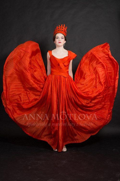 Luxusní ručně barvené šaty s bohatě řasenou sukní