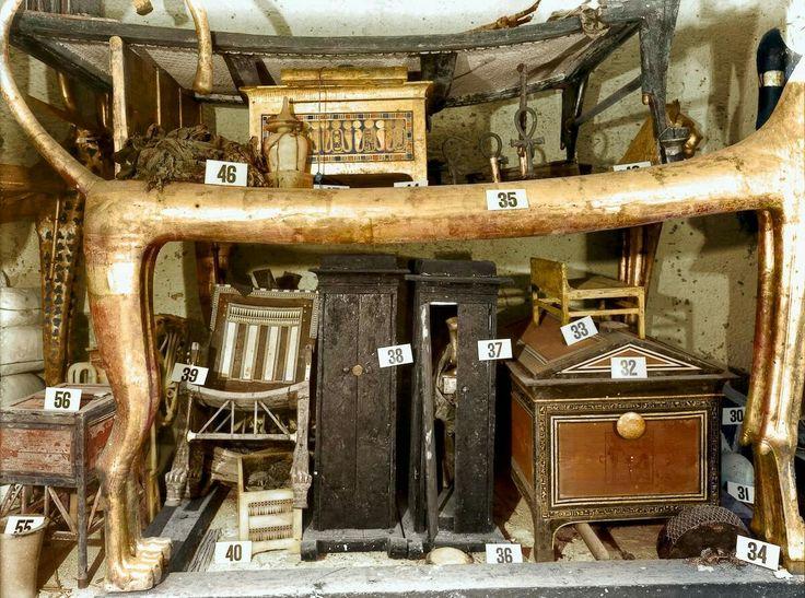 """""""El descubrimiento del Rey Tut""""  Objetos de la antecámara, entre ellos la silla de ébano y marfil utilizada por el faraón niño. Fotografía tomada por Harry Burton en diciembre de 1922.  Foto: Griffith Institute, University of Oxford,"""