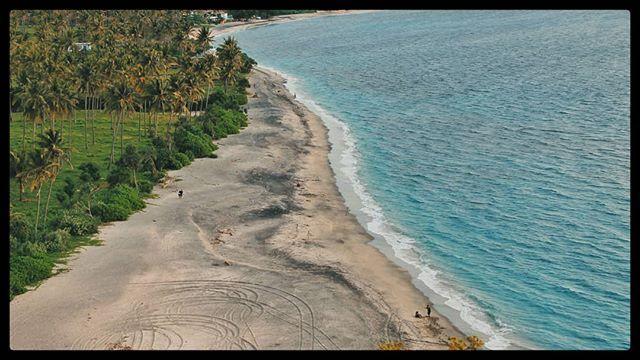Dari ketinggian Villa Hantu pemandangan garis Pantai Tiga terpampang nyata keindahannya.  Deretan pohon kelapa garis pantai yang luas dan laut biru. Sempurna bukan?  #Blohisme  #ngaku2traveler