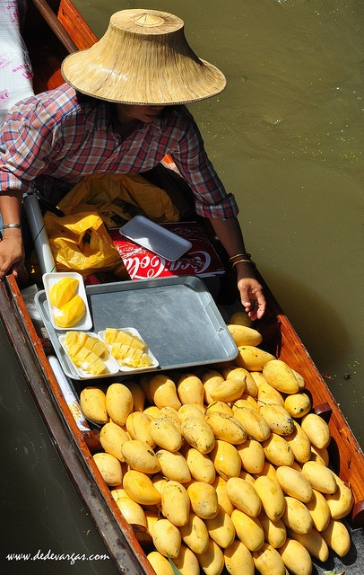 Foto del Mercado Flotante Damnoen Saduak a 90 km de Bagkok, Tailandia.     http://mozaikvoyages.com  http://mozaikvoyages.com/voyages-thailande