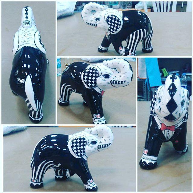Designed by neshka...Mr. Elephant. Bay  Kumarbaz fil hem kağıt çalıyor hem de zar tutuyor   #tile #tileart #handmade #tilepainting #painting #handpainted #elephant #mydesign #paws #mrandmrs #decorative #blackandwhite #love #decorativeobjects #instagramhub #instagood #instalike #byneshka #çini #art #craft #elboyama #çiniboyama #dekoratifobje #fil #çinisanatı #benimtasarimim #biblo #siyahbeyaz #poker