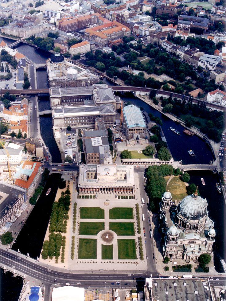 Isla De Los Museos, Berlin (Alemania). La Isla de los Museos, a veces erróneamente denominada Isla del Museo, en Berlín, Alemania, es el nombre de la mitad septentrional de la Spreeinsel, una isla en el río Spree, en el centro de la ciudad.