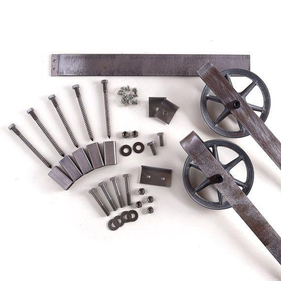 Dies ist eine schöne 5-8 Fuß rustikal Breite Stahlband Schiebetüren Scheunentor Hardware-Satz. In den USA aus hochwertigem Stahl hergestellt. (Lebenslange Garantie) Enthält: (1) Track - 2 Durchmesser (2) Rollen - 5 1/2 Durchmesser, 1 Tiefe (4) Wand-Abstandshalter (2) Türfeststeller (1) Boden-Guide  Misst ca. 9 1/2 von der Unterseite des Gleises an die Spitze der Halterung. Max Tür Gewicht beträgt 190 Pfund. Dies umfasst alle Hardware benötigt, um Ihre Tür (Tür nicht inbegriffen) hän...