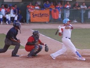 Los Gallos de Sancti Spíritus lograron su primera victoria en la fiesta de los playoff de la 52 Serie Nacional de Béisbol, al derrotar este domingo a Matanzas con marcador de cinco carreras por cuatro en el inicio de una de las semifinales del torneo de Cuba.