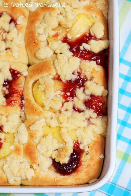 Pudding-Buchteln mit Erdbeeren & Streuseln