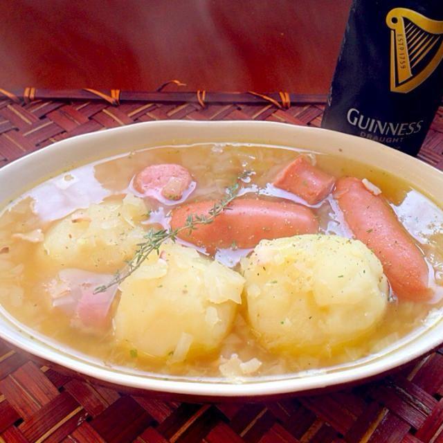 「ダブリンっ子が土曜の夕飯にいつも食べる料理」ダシはコンソメでもいいですが、マギーブイヨンだとより本場っぽいそうです♪ ダブリン・コドルは、ソーセージとべーコン、ジャガイモを使ったスープで「コドル」とのみ言われることもある。 カトリック教徒が金曜日に肉食を禁じられていた時代は前日の木曜の夜によく食べられていたそうで、昨夜はたっぷりお肉食べたのでちょいと胃に優しそうなスープメインに - 78件のもぐもぐ - Dublin Coddle♨️ダブリン・コドル by Ami