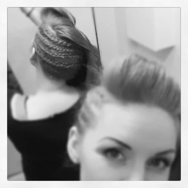 Frisyr tips :) Små inbakade flätor nästan hela vägen runt, locka resterande hår. My friend Karolina Matsson made my hair <3  Braid and Braids