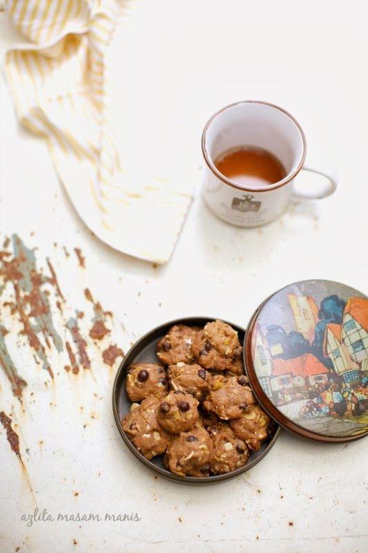 Tak boleh berhenti bila makan cookies ni. Lepas satu-satu masuk dalam mulut.. emmm.. sedapnya lah terasa.  Bau harum coklat semerbak meme...