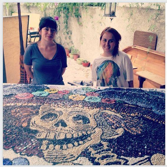 Arrivée à Guadalajara en novembre 2013, la Française Hélène Rossi monte un atelier de mosaïque avec sa collègue mexicaine Miriam Ibarra Chavez. En parallèle, elle anime une émission de radio hebdomadaire, French Cancan, qui nous fait découvrir la vie des francophones tapatíos.