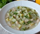 Суп из цуккини с белой фасолью...с фото..Ингредиенты на 6 порций:    300 г сухой белой фасоли*  3 средних луковицы  4 зубчика чеснока  1 ч.л. сухого орегано  600 г цуккини или кабачков другого сорта  200 мл белого сухого вина  1 литр куриного или овощного бульона  нарубленная зелень петрушки для подачи
