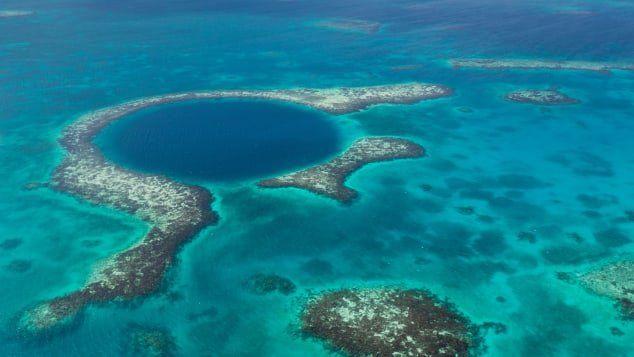 El Gran Agujero Azul En Belice Es El Mayor Sumidero Del Mundo Una Caverna Gigante De 300 Metros 984 Pies De Ancho Y Alrededor Great Blue Hole Blue Hole Trip