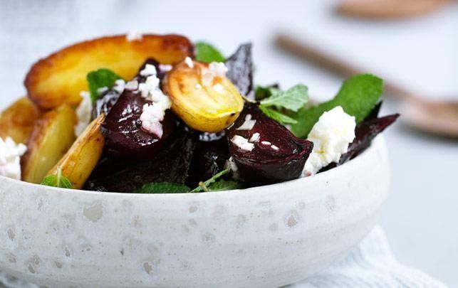 Bagte rødbeder og kartofler med feta og mynte
