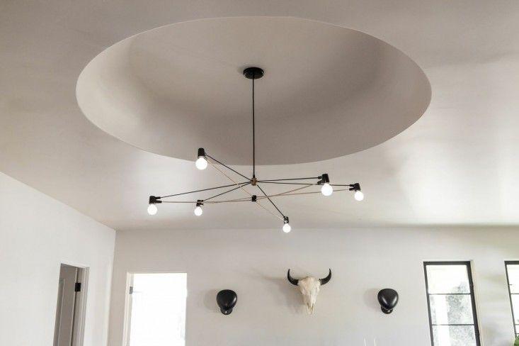 Um  candelabro Cord  por LA designer de iluminação (e Remodelista favorito) Brendan Ravenhill pende do teto abobadado.