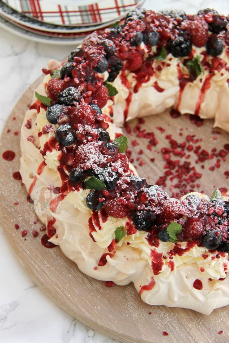 Christmas Pavlova Wreath! #christmas #merrychristmas #christmasiscoming #winter #santa #Christmasdinner #food #yummy