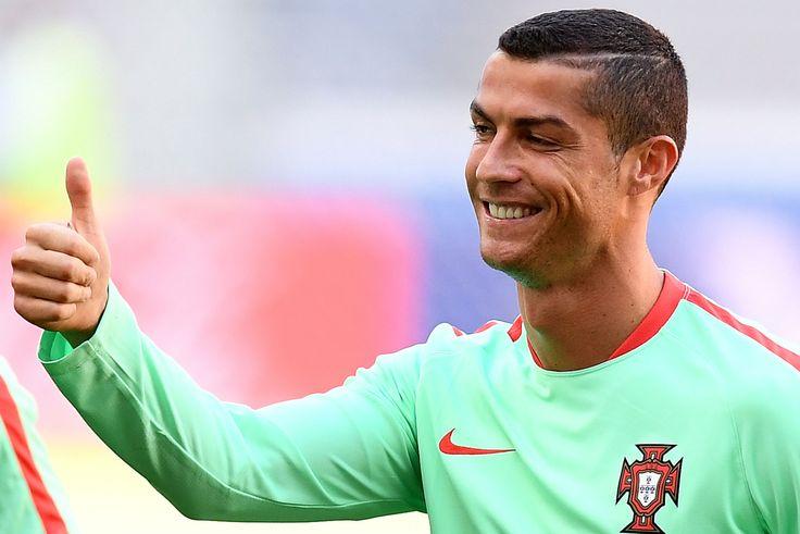 Ronaldo jadi alasan mengapa Real Madrid mampu menjuarai Liga Champions dan La Liga musim lalu. Dia tampil sebagai topskorer Madrid dengan 42 gol di seluruh kompetisi termasuk dua gol di final Liga Champions ke gawang Juventus.  Tak cuma tajam di level klub, Ronaldo pun juga menunjukkan hal serupa bersama timnas Portugal di level internasional. Kali ini Ronaldo tengah berupaya membawa Seleccao Das Quinas berjaya di Piala Konfederasi.
